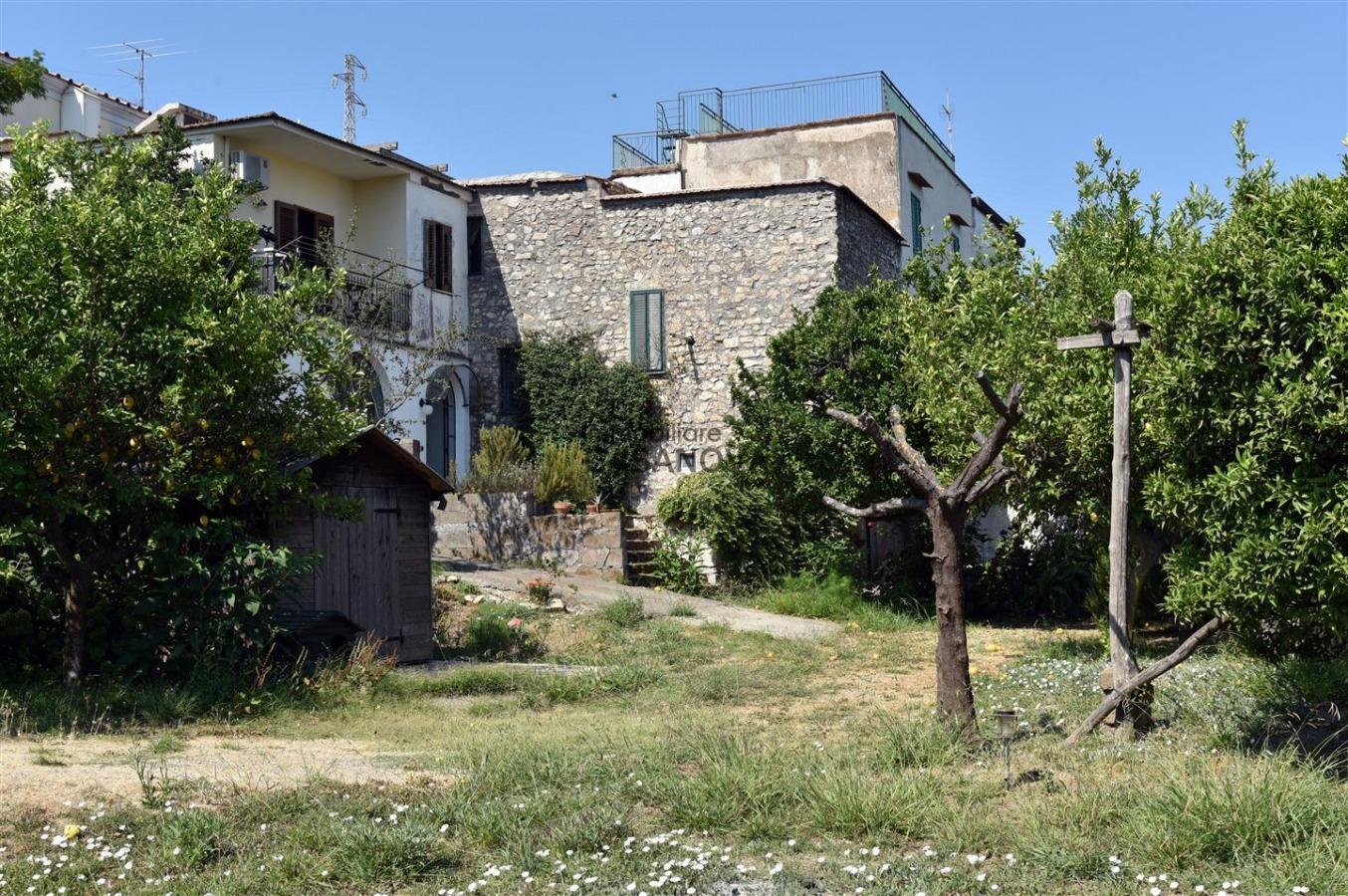 Case Piccole Con Giardino : Vico equense montechiaro porzione di caseggiato con terreno in